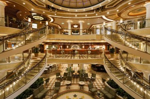 Exklusives Atrium an Bord der Emerald Princess von Princess Cruises